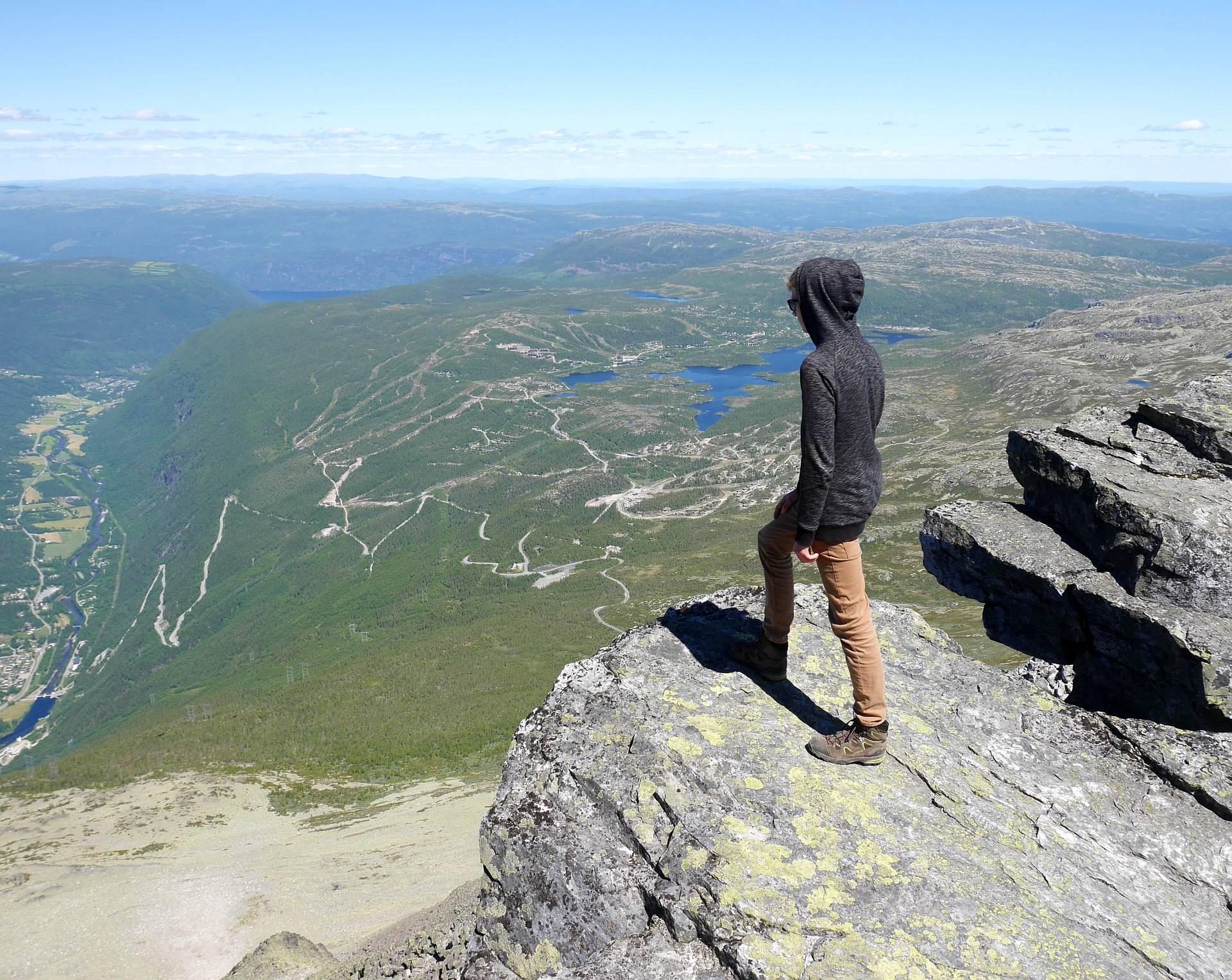 Steilabfall nach Rjukan, die Strasse auf die Hochebene ist gut zu sehen