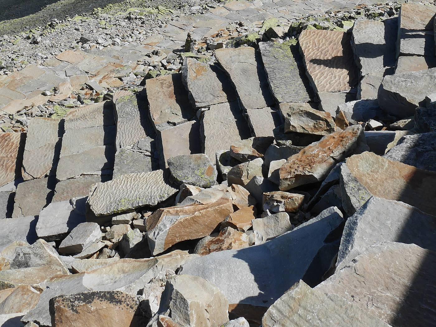 """Blick auf die """"Sherpatreppe"""" an der Hütte beim Rückweg, auf den Platten sind die Wellenmuster in den Sedimenten sichtbar"""
