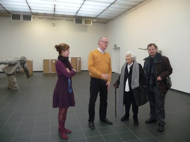 """In """"ihrer"""" Kunsthalle: Star-Fotografin Elsbeth Juda im Gespräch mit dem damaligen Kunsthallen-Direktor Dr.Peter Joch (zus. mit Julia Reichelt und Martin Frenzel). Foto: FLS"""