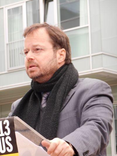 Martin Frenzel, Vorsitzender des FÖRDERVEREINS LIBERALE SYNAGOGE, während seiner Rede zur Einweihung der beiden Landsberger-Gedenktafeln, 8.11.13 Foto: FLS