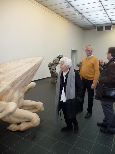 Elsbeth Juda inspiziert den Ausstellungsort Kunsthalle Darmstadt - und ist sehr zufrieden / Foto: FLS