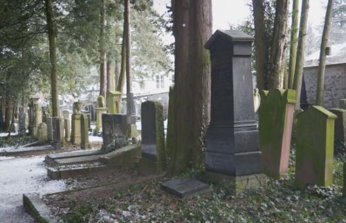 Das Julius-Landsberger-Grab auf dem Jüdischen Friedhof DA-Bessungen - Szene aus dem  Liberale Synagoge-Film (c) Loungefilm