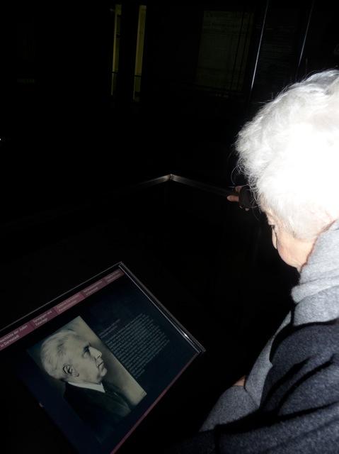 Elsbeth Juda in der Gedenkstätte Liberale Synagoge: Am Touchscreen mit dem Bild ihres Vaters Julius Goldstein, 16.11.2012 / Foto: FLS