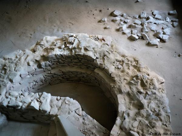 Das Fragment des vierten Eckturms: Blick in die Gedenkstätte Lib Syn / Foto: Ellen Eckhardt (FLS)
