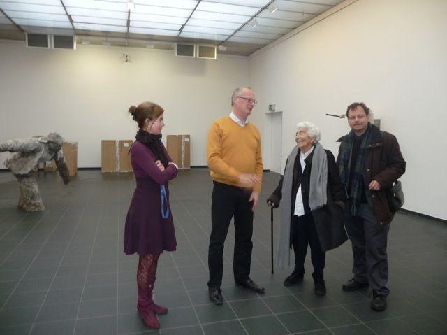 Elsbeth Juda beim Besuch der Kunsthalle Darmstadt, November 2012: 2.v.l.: Dr. Peter Joch, damaliger Direktor der Kunsthalle Darmstadt / daneben: Elsbeth Juda und Martin Frenzel. Foto: Förderverein Liberale Synagoge