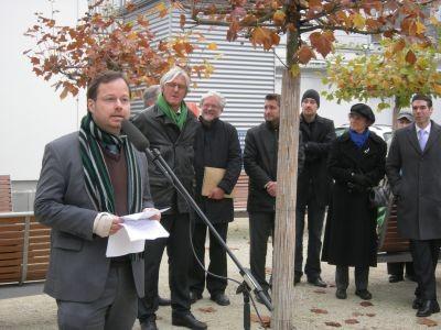 Martin Frenzel (FLS-Gründer & Vorsitzender) bei seiner Rede zur Einweihung des Landsberger-Platzes, 9.11.2011 / Foto: FLS