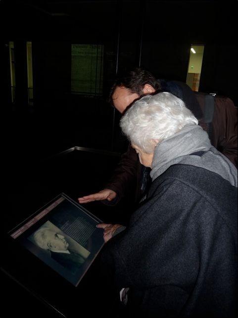 Elsbeth Juda sieht das Bild ihres Vaters  Julius Goldstein in der Gedenkstätte / re: Martin Frenzel - Foto: FLS