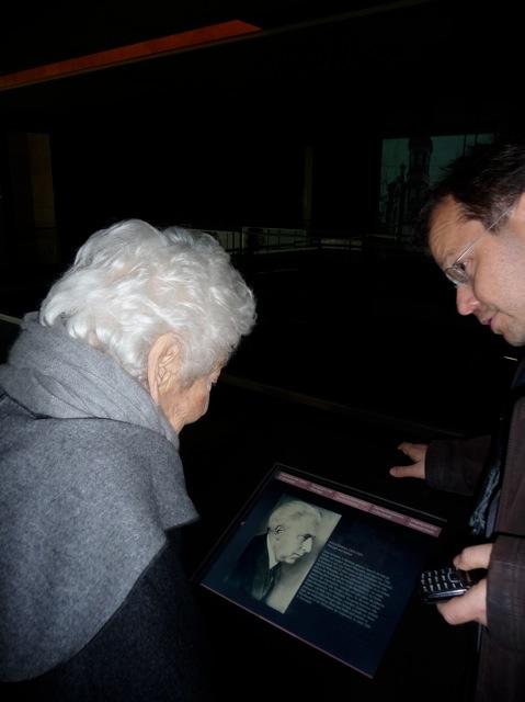 Elsbeth Juda sieht das Foto ihres Vaters Julius Goldstein in der Gedenkstätte Lib Syn, 16.11.12 Foto: Förderverein Liberale Synagoge