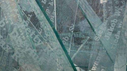 Deportationsort Darmstadt: Die Scherben des Denkzeichens Güterbahnhof - Filmszene aus dem Liberale Synagoge-Film (c) Loungefilm