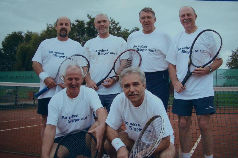 Jahr 2004: Herren 55 - HINTEN: Ludwig Christlbauer, ?, Hartmut Schneider, Hermann Zissel VORNE: Karl-Heinz Rothermel, Franz Schneider