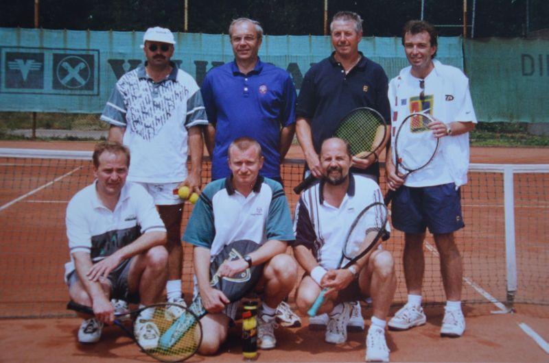 Jahr 1998: Herren 35 I Gruppensieger Bezirksliga B - HINTEN: Reiner Laubach, Karl-Heinz Wedel, Wilfried Rothermel, Alfred Pellar VORNE: Günter Plagemann, Axel Hill, Ludwig Christlbauer