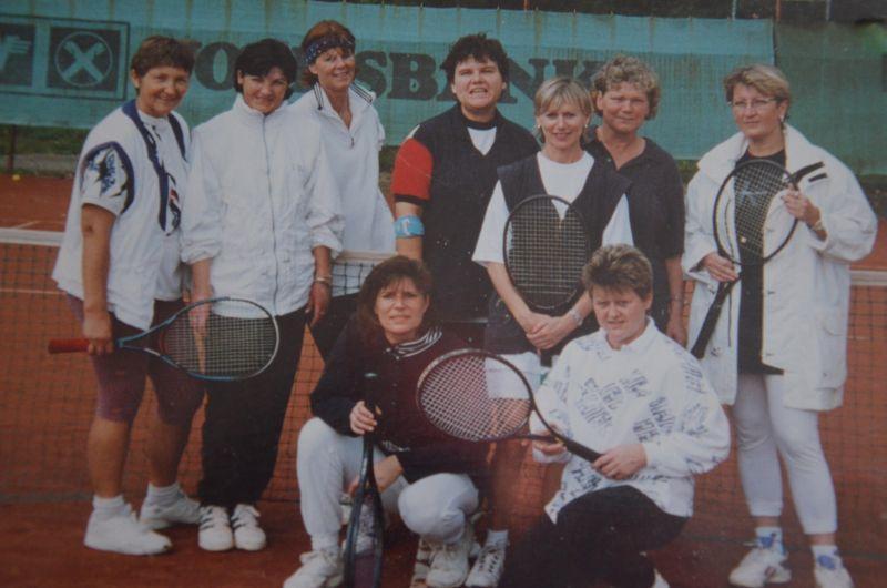 Jahr 1998: Jungseniorinnen - HINTEN: Anni Heinbuch, Lindrud Rothermel, Ute Müller-Nahlbach, Christina von Ameln, Monika Christlbauer, Renate Knörzer, Anne Horst VORNE: Sigrid Vetter, Heide Berz