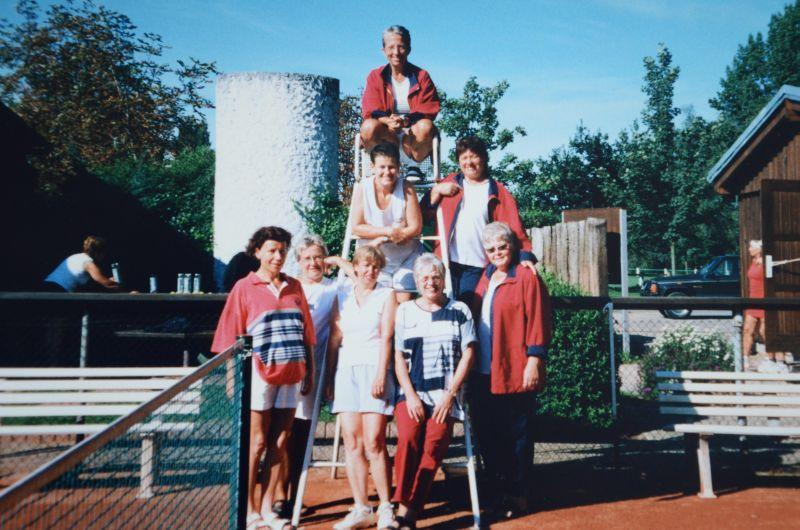 Jahr 2000: Abstieg von der Gruppenliga in die Bezirksoberliga - OBEN: Ursula Kraft, Ellen Hill, Anni Gröger UNTEN: Gertrud Schneider, Sabine Bergen, Lucie Schneider, Ursula Kresnicka, Traudl Bicking