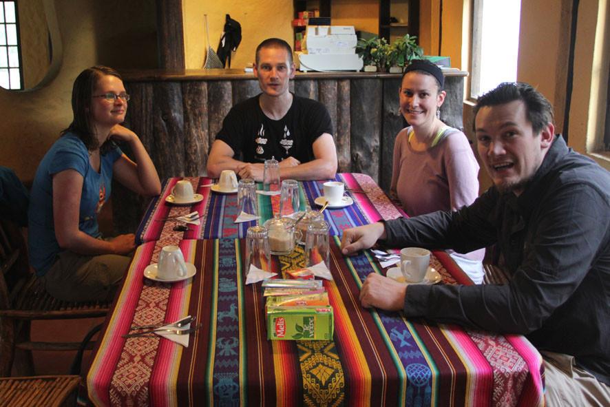 Kira, Pingo, Dina, Reto beim Essen im Restaurant der Thermas de Nangulvi