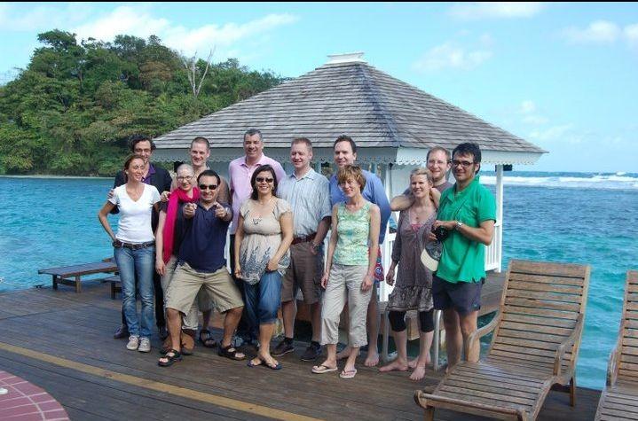 Gruppenbild mit Karibik-Hintergrund (Foto: Patrick Hoffers Kamera)