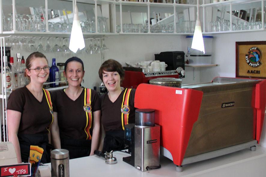 Kira, Dina und Luzia bei Kaffee-Event der AACRI in Cotacachi