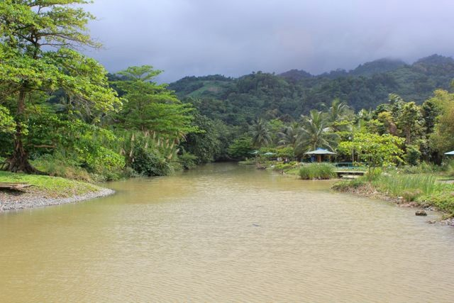 eine Fischerhütte als Imbiss an der Mündung eines Flusses in die Karibik