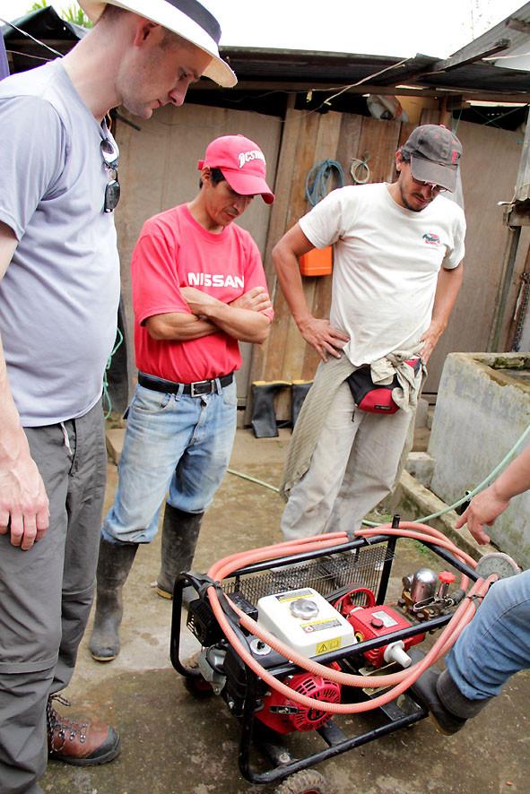 Pingo und Ramiro Vaca (AACRI) an einer neuen Pumpe (finanziert durch unser Projekt) für das Cafetal