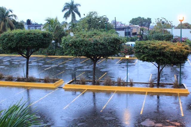 Hotelparkplatz im Regen
