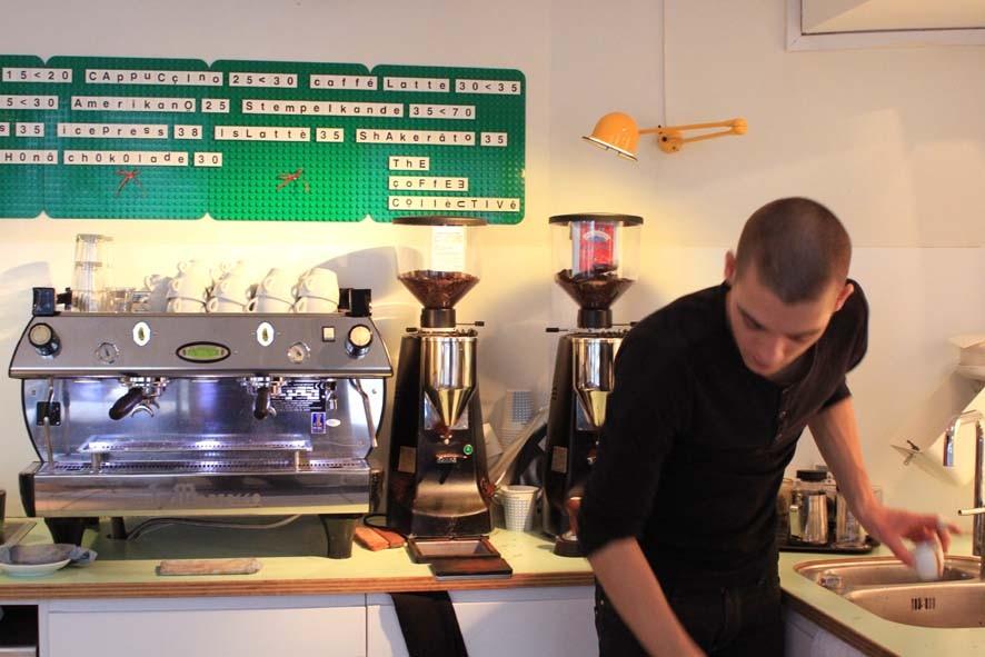 Coffee Collective: toller Barista, leckerer Kaffee und Hammerladen mit Wohlfühlgarantie. Unser Mitbringsel (Blue Delight) wanderte übrigens direkt in die Mühle.