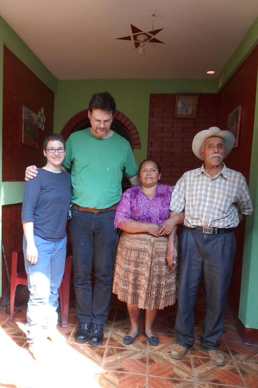 Agapitos Tochter / Marcos Frau, Gerrit und Steffi vor Marcos Haus