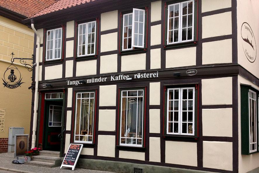 """Die """"Tangermünde Kaffeerösterei"""" - das Wetter war nicht so sommerlich, aber das Café ist Gemütlichkeit pur."""