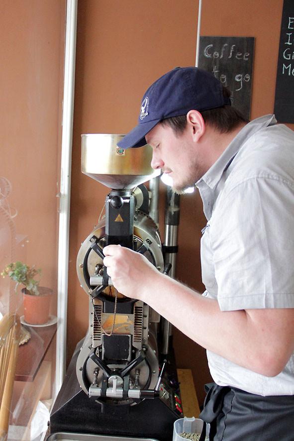 Reto Haener bei Rösten beim Kaffee-Event in Cotacacchi