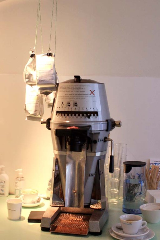 Optimale Raumnutzung: geöffneter Kaffee wird hochgehängt und ist sofort griffbereit und der Tisch/Spüle bleibt die ganze Zeit frei.