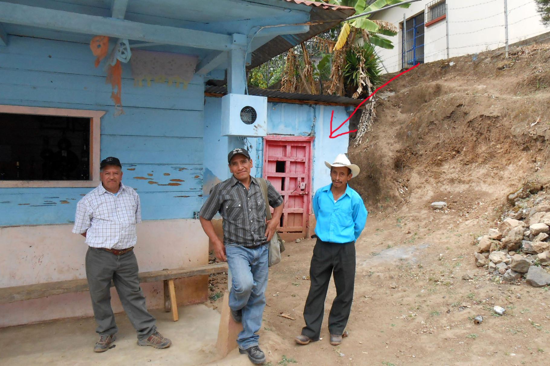 Luis, Marcos und Ancelmo - im Hintergrund der Dorfknast (das Ding mit der roten Tür)