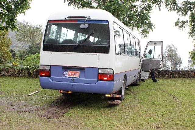Zuviel Regen, der Bus steckt fest