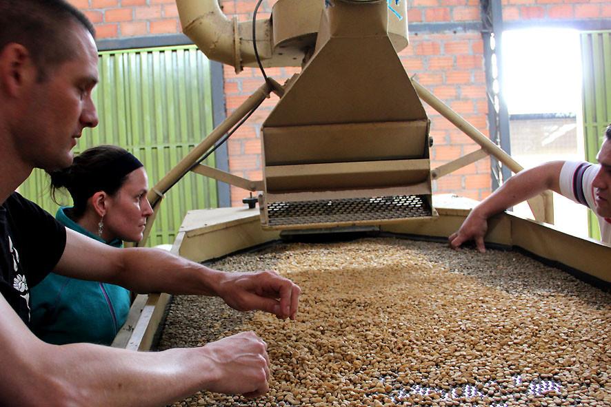 Pingo und Dina an der Trockenverarbeitungsanlage von FAPECAFES in Catamayo