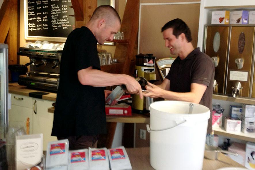 Geschafft! 4 Chargen sind geröstet und werden in 250 g Tüten abgepackt. Die ersten 1,5 kg hat auch gleich eine Kunde des Cafes mitgenommen.