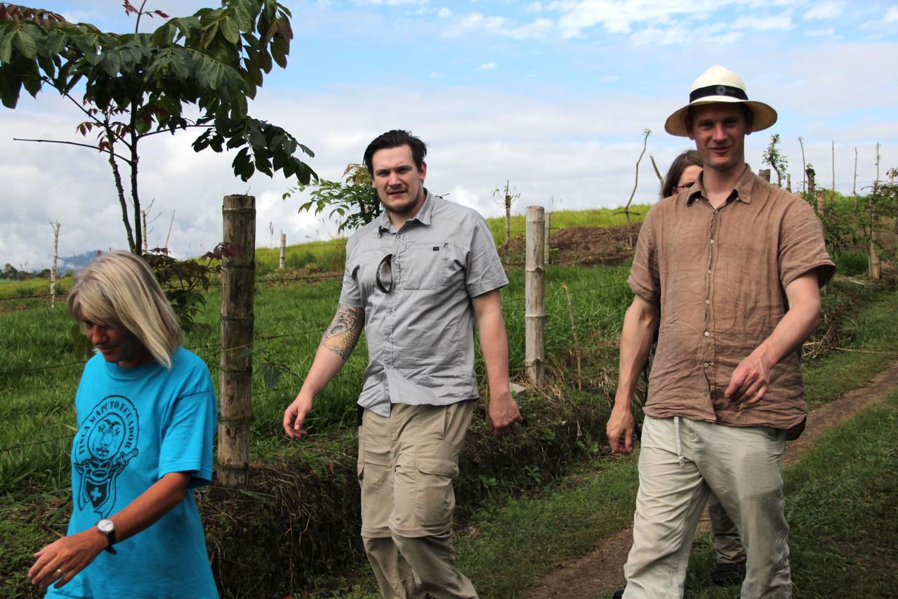 Verena Blaser, Reto Haener und Pingo spazieren durch ein Kaffeetal