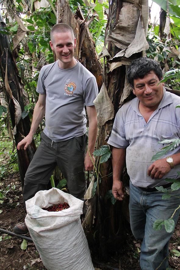 Despulpadora von Justino Ramirez (AACRI), Pingo, Kira Schubert und Jose Cueva (AACRI)