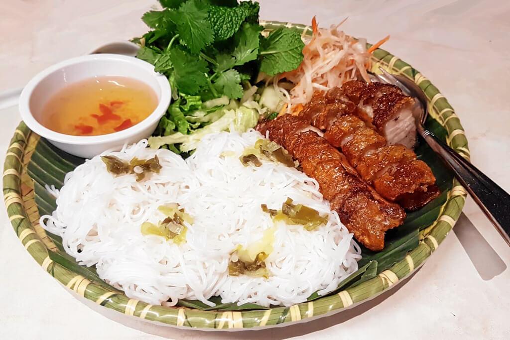 Reisbandnudeln mit knusprig gegrilltem Schweinefleisch