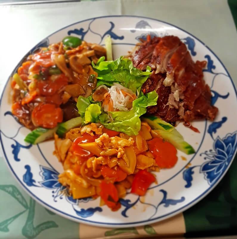 Probierteller mit knuspriger Ente und Huhn mit süss-sauer Sauce