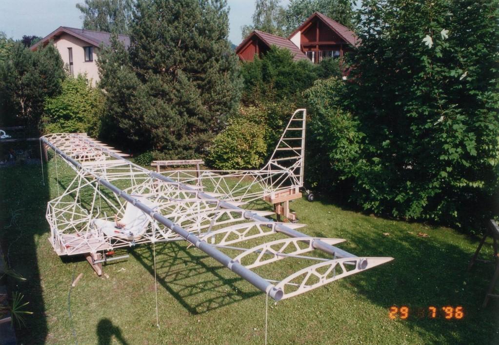 Flügel im Rohbau werden am Rumpf ausgerichtet