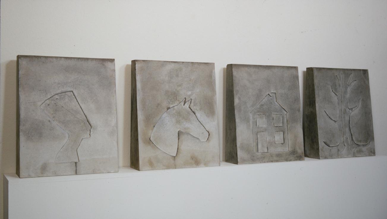 """""""Vierteilige Plastik mit Nofretete, Pferd, Haus, Geweih"""" 1976, Beton je Teil 65 x 54 x 16 cm - Privatsammlung Mönchengladbach - Foto Hadler/Stuhr"""