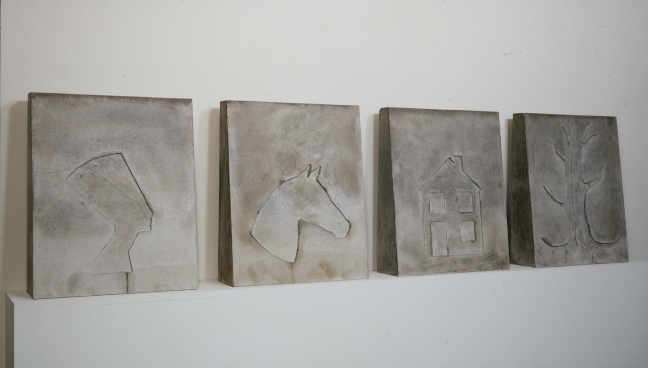 """Sculpture en 4 parts avec mit Néfertiti, cheval, maison, ramure"" 1976, beton chaque part 65 x 54 x 16 cm - Collection privée Mönchengladbach, Allemagne - Photo Hadler/Stuhr"