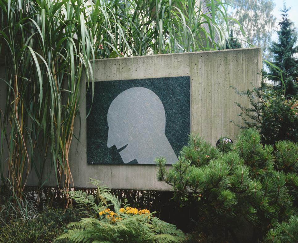 """""""Knickkopf"""" 1987, sandgestrahlter Granit, 88 x 114 x 2 cm - Sammlung Pieper, Mönchengladbach - Foto Hadler/Stuhr"""