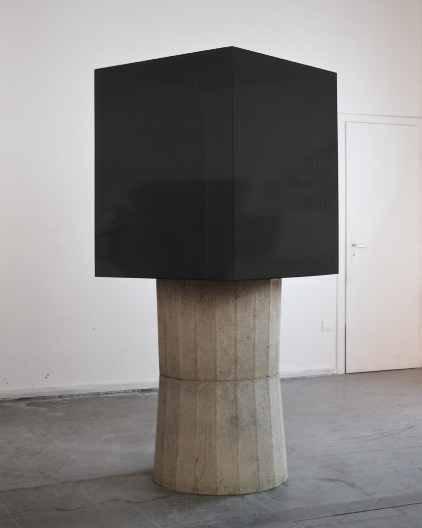 """Cube sur beton"" 1969, beton, verre acrylique, 191 x 82 x 82 cm- Collection Gilbert & Lila Silverman, Detroit - Photo Nic Tenwiggenhorn"