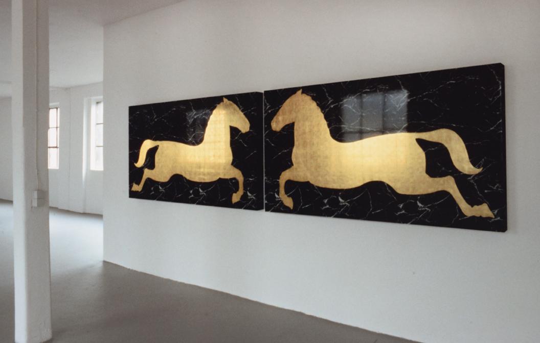 """""""Dyptique avec chevaux cabrés"""" 1978, formica & feuilles d'or chaque tableau 121,5 x 215 x 10,6 cm - Installation Galerie Konrad Fischer, Allemagne - Photo D. Fischer"""