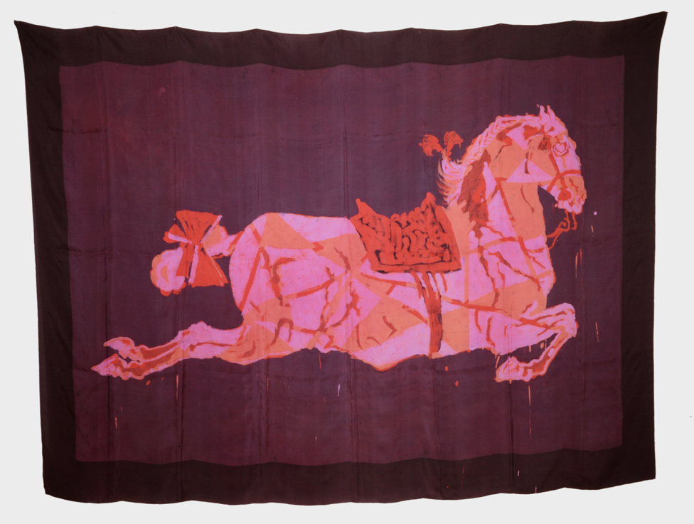 """Cheval rouge"" 1980, batik sur soie 145 x 205 cm - Photo Hadler/Stuhr"