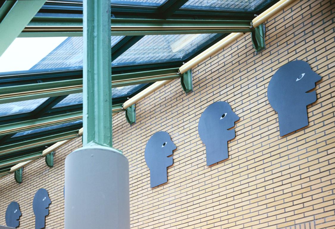 Frise de 28 têtes, tôle d'acier/vernis, hauteur 95 cm sur 25 m, 1995 - Fotos Lecat