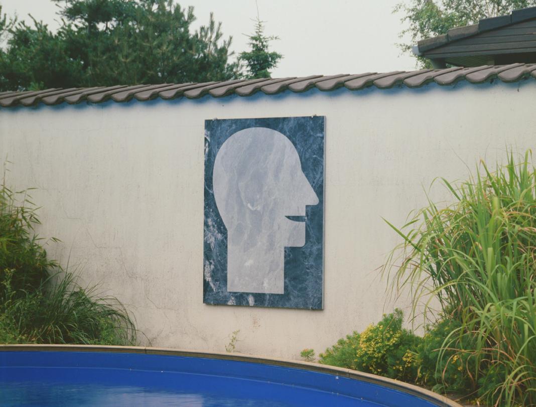 """Stehender Kopf"" 1986, sandgestrahlter Marmor, 114 x 88 x 2 cm -Sammlung Brigitte Tegelaers - Foto Hadler/Stuhr"