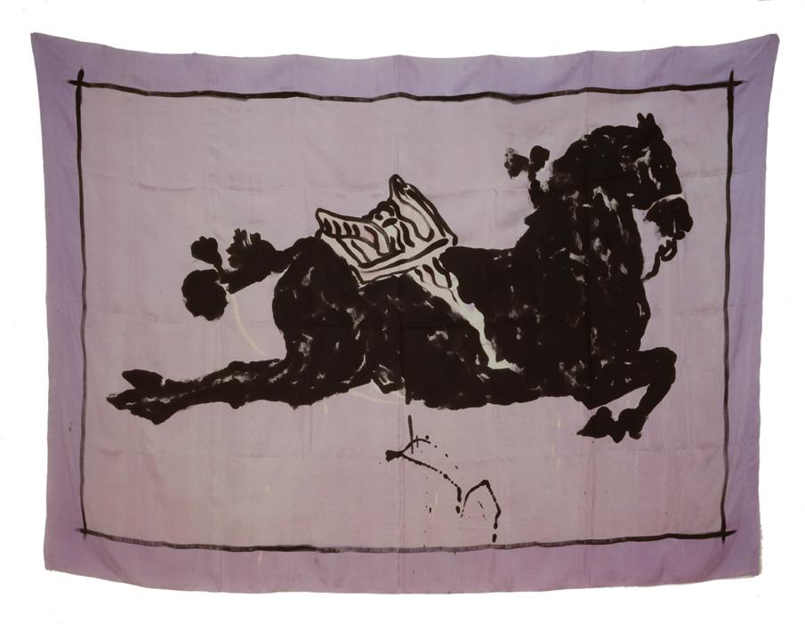 """""""Cheval avec selle desserré"""" 1980, batik, encre de Chine sur soie 145 x 205 cm - Photo Hadler/Stuhr"""
