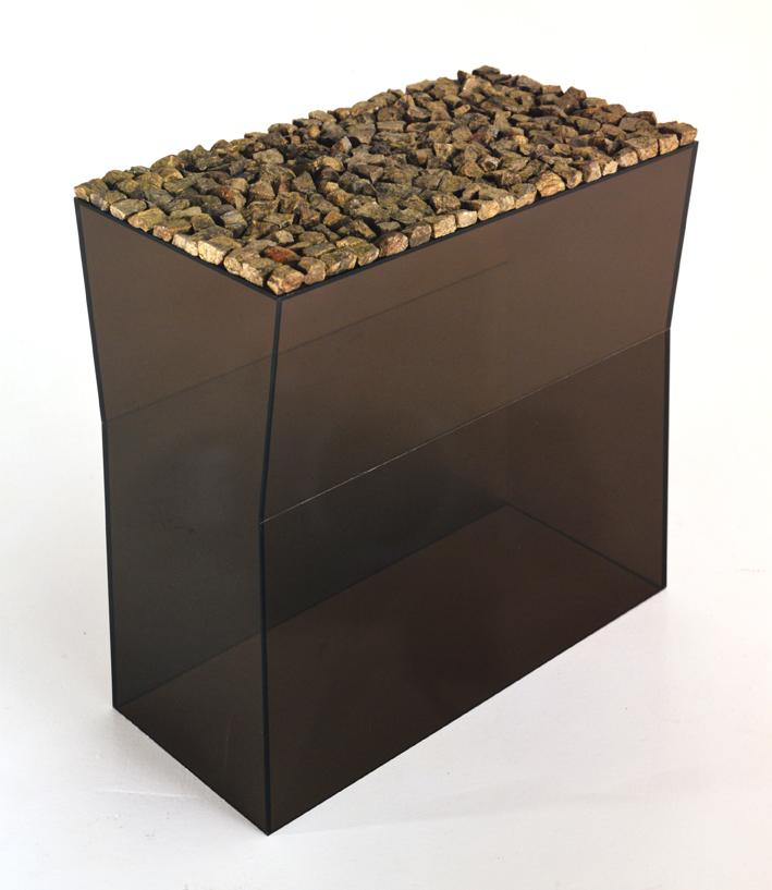 """""""Objet horizontale avec pierres"""" 1973, verre acrylique, pyrites,  55 x 58 x 32 cm"""