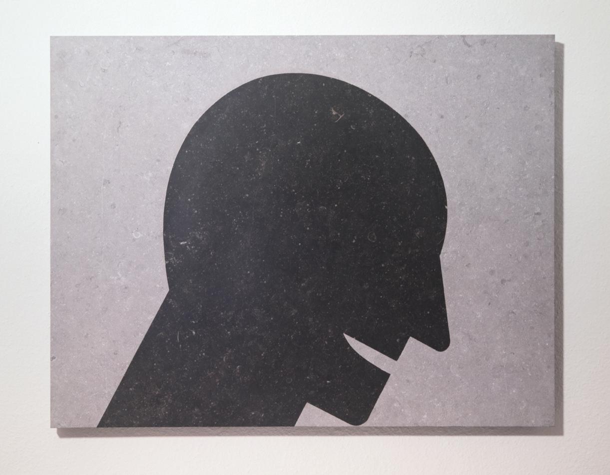 """""""Knickkopf"""" 1987, sandgestrahlter Stein, 114 x 22 x 2 cm - Foto Hadler/Stuhr"""