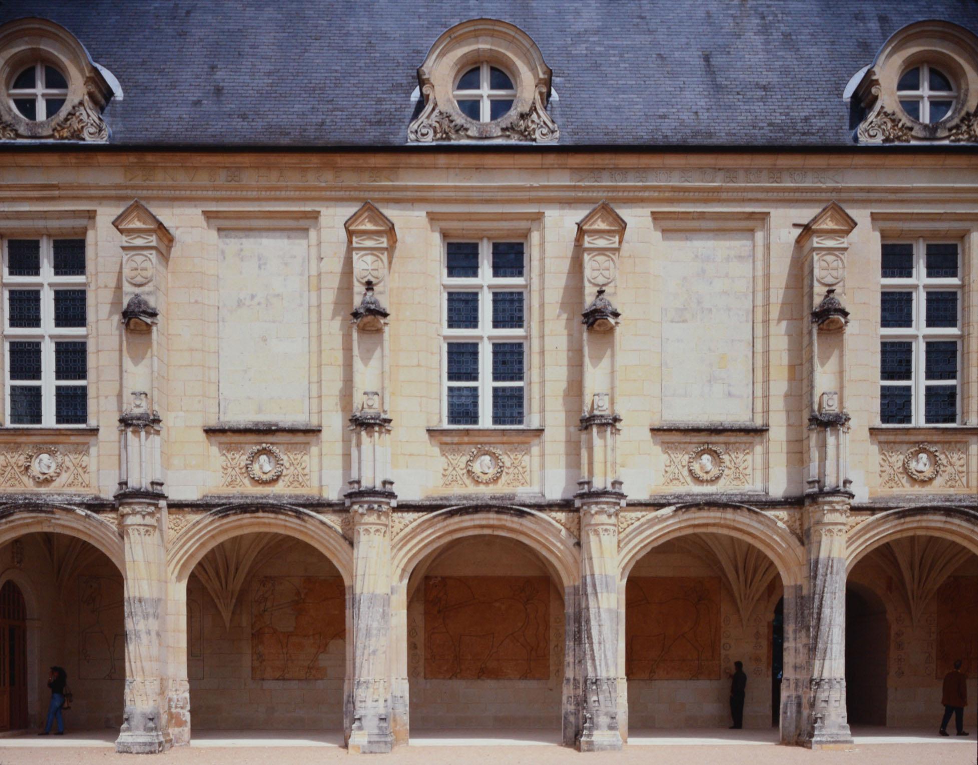Chevaux d'Oiron, pastel broyé appliqué au pinceau sur enduits anciens