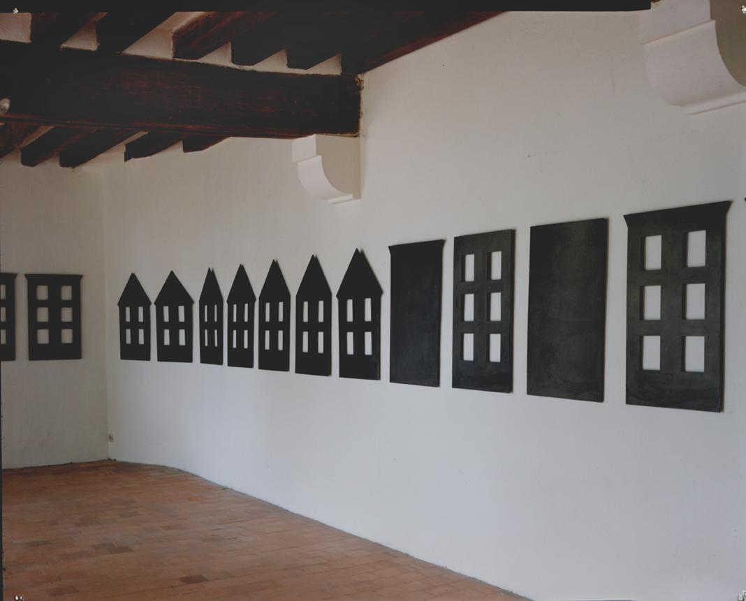 """""""Paysage urbain"""" 1986, fonte, vernis, 92 x 54,5 x 0,9 cm chaque, - exposition Chateau d'Angers 1996 - Photo Fréderic Delpech"""
